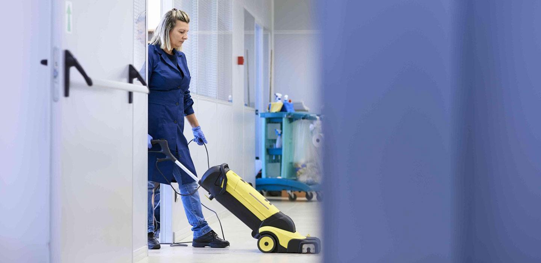 women_cleaning_floors_1440x700_web